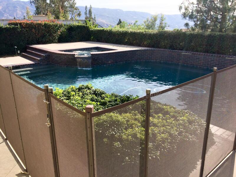 safety-fence-swimmimg-pool-child-protection-gate-drowning